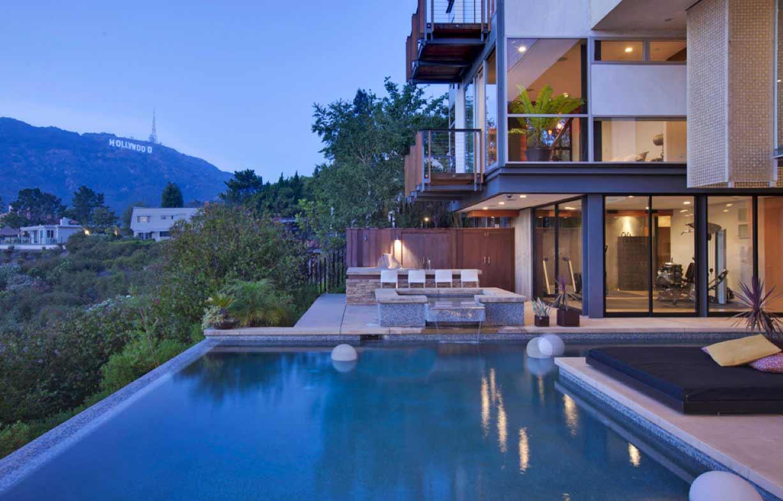 La piscina de la casa con vistas al logotipo de HOLLYWOOD