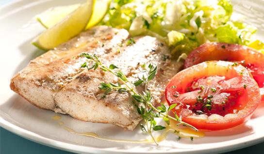El pescado a la plancha, también cocinado con poco aceite y acompañado de verduras, es un plato que no debes olvidar en tu dieta.