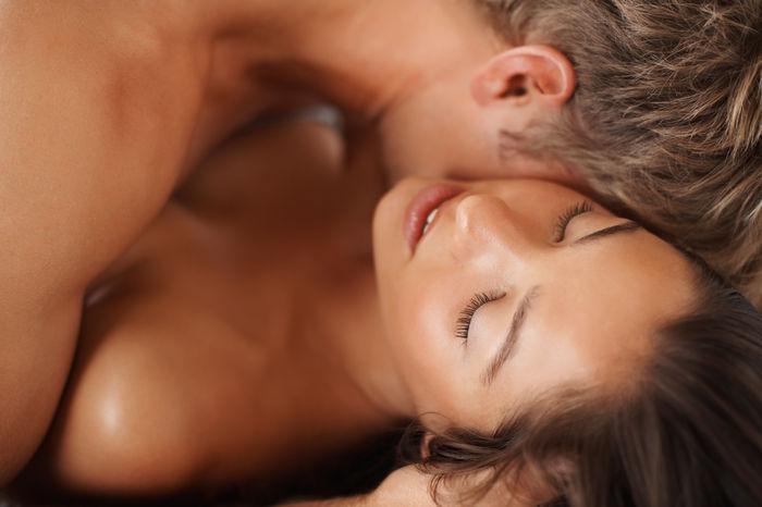 madmenmag orgasmo femenino fingido pareja