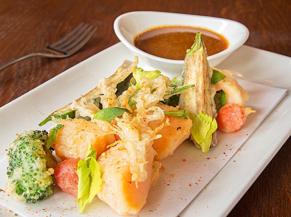 Tempura de vieiras y verduras acompañada de salsa ponzu a la naranja sanguina y hierbas.