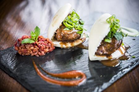 Bao de carrilleras de cerdo en salsa tonkatsu y tartar de ciruelas
