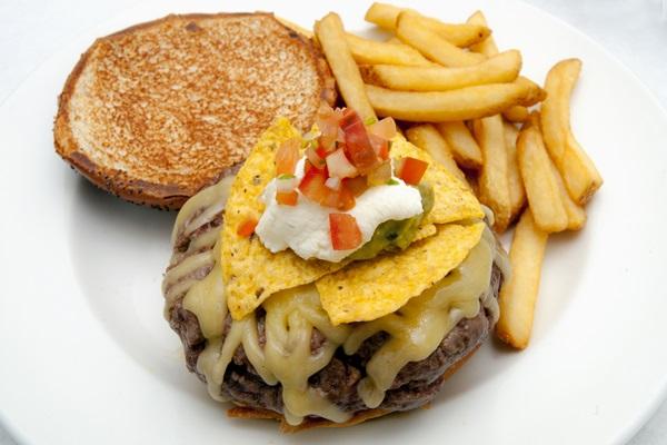 New York Burger Miguel Angel hamburguesa 5th Avenue, Gouda, nachos, guacamole, crema agria y pico de gallo