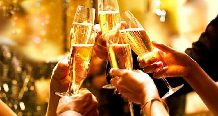 porque-brindamos-historia-del-brindis-brindar-en-navidad-feliz-ano-madmenmag-ano-2017-feliz-2017