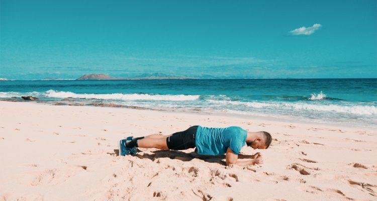 entrenamiento-de-abdominales-en-la-playa-madfit-fuerteventura