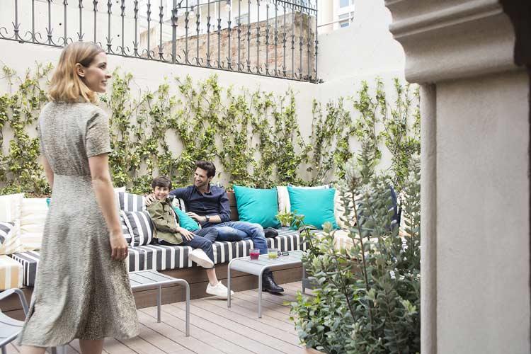 terraza del hotel praktik essence barcelona