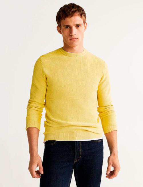 como-combinar-un-pantalon-gris-con-un-jersey-amarillo