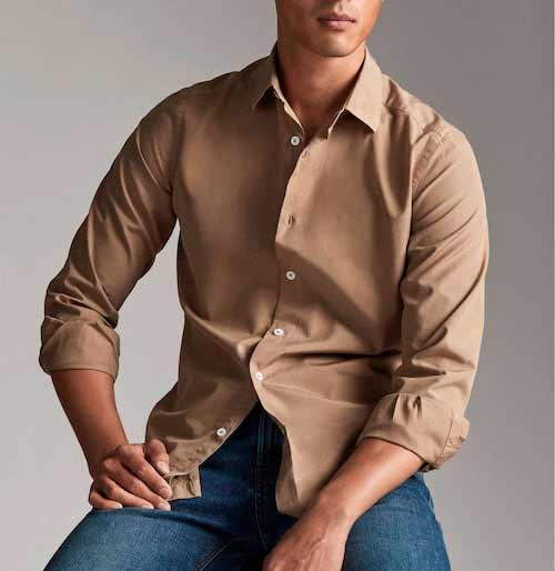 como-combinar-una-camisa-beige