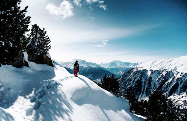 esquiador-en-montañas-nevadas-paisajes-de-nieve