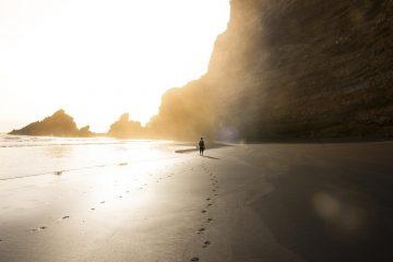hombre-caminando-en-la-playa-playas-de-las-islas-canarias-fotos-de-playas