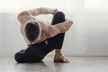 retiro-de-yoga-virtual-hombre-haciendo-yoga-en-casa