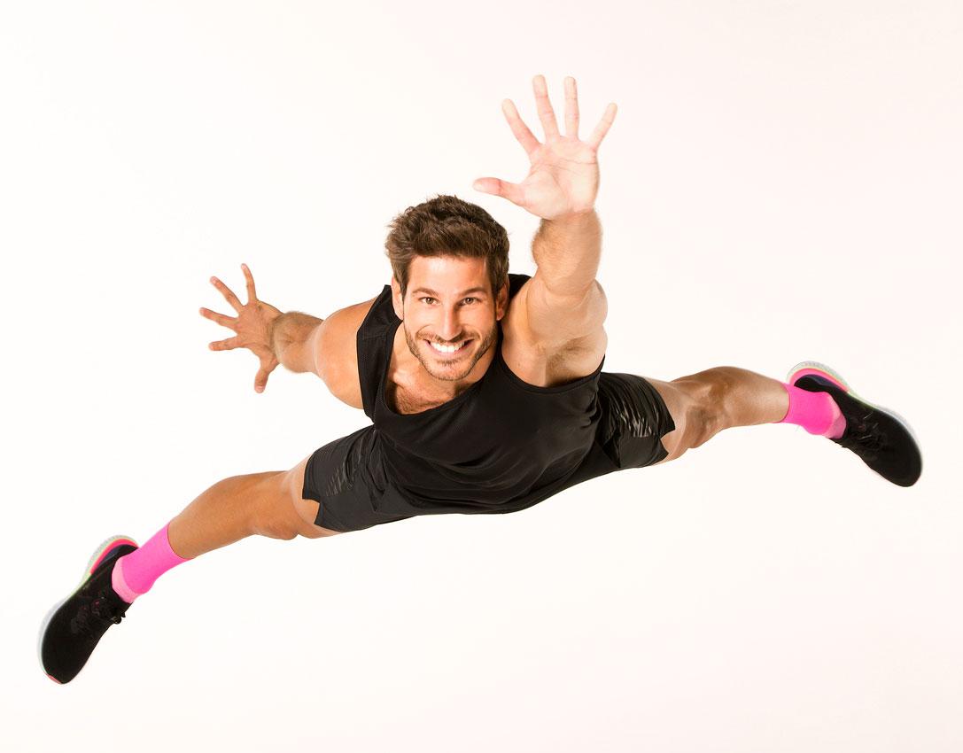 hombre-saltando-con-ropa-deportiva-haciendo-fitness