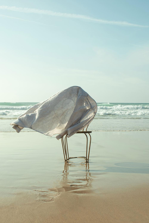 silla-en-la-orilla-del-mar-moda-masculina-de-verano-editorial-de-moda-masculina-de-verano