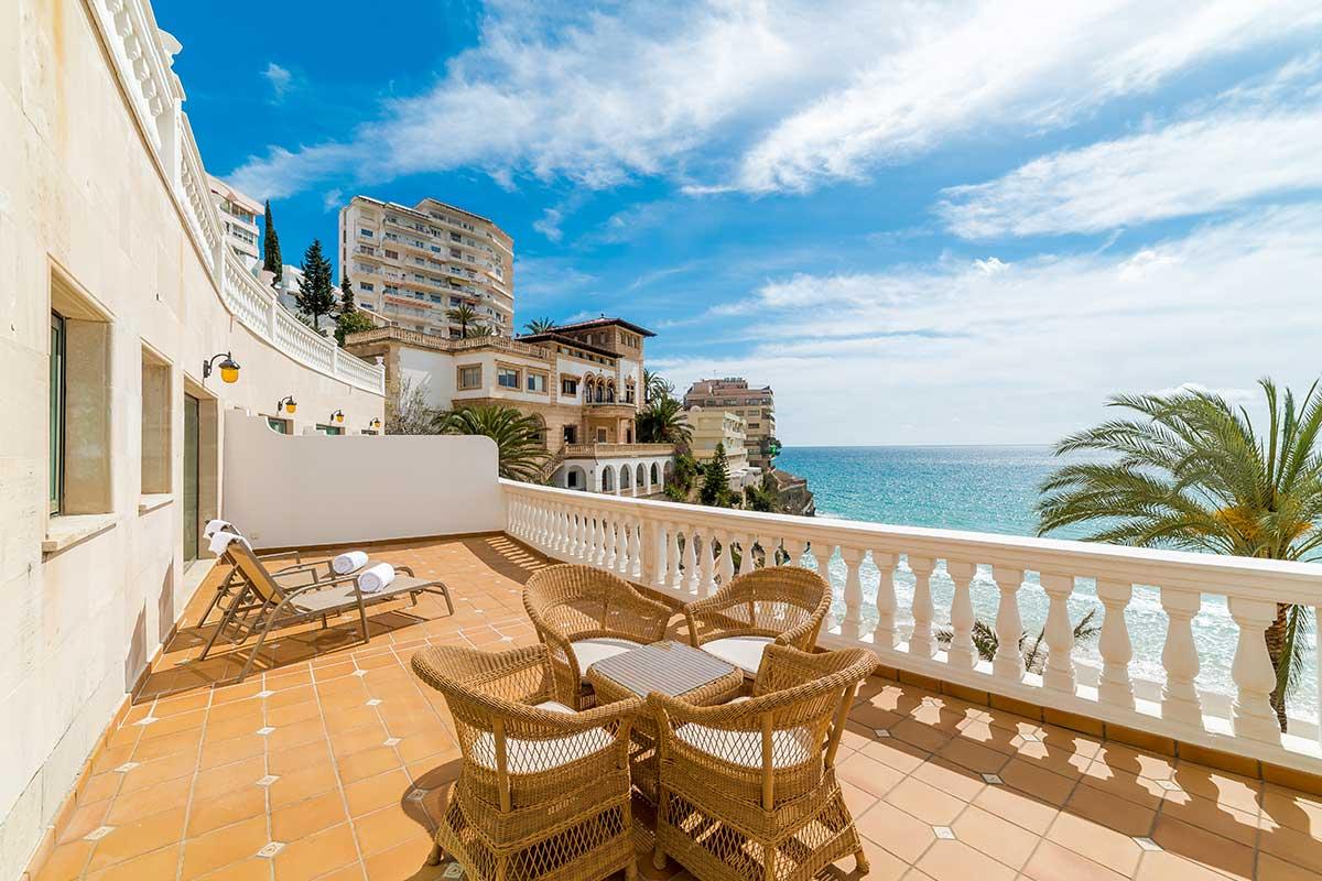 habitacion de hotel con vistas al mar